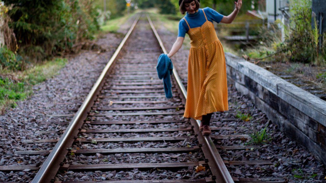 Den gulprickiga höstklänningen