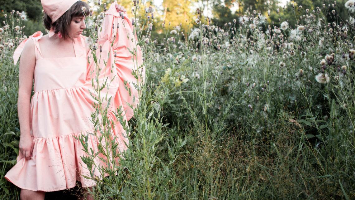 En aprikosfärgad volangklänning och sjalett
