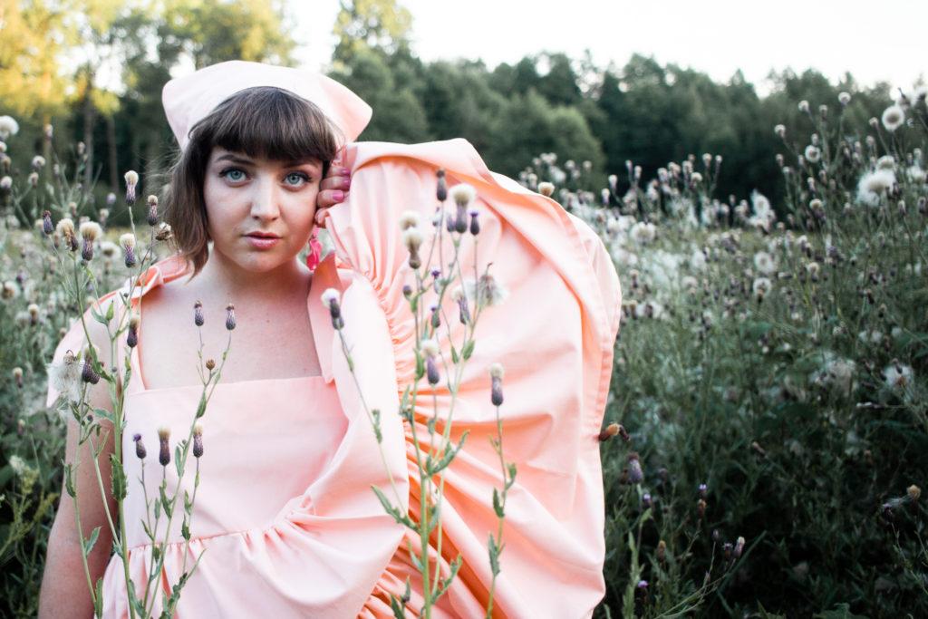 en aprikosfärgad klänning och sjalett!