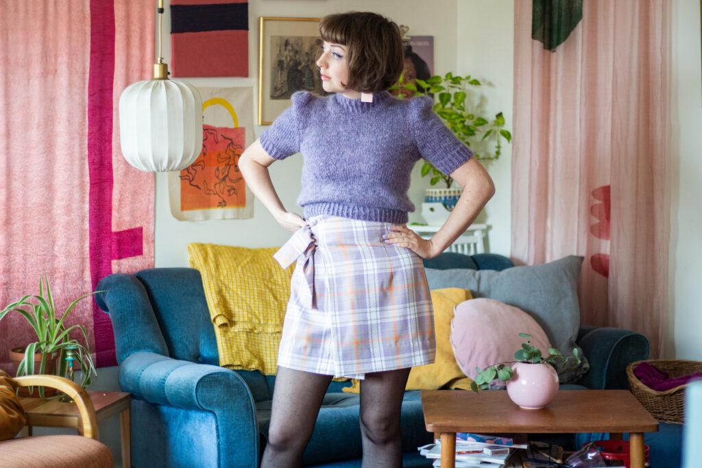 Den lila jumpern och omlottkjolen